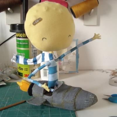 Menino com cabeça de lua que viaja pelo espaço em sua espaçonave